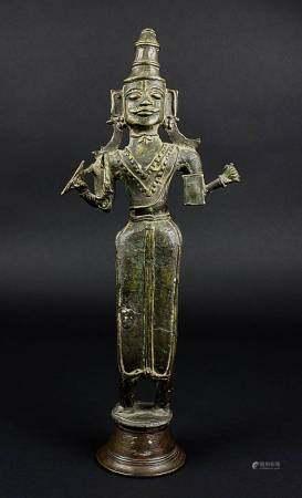 Götterstatuette, Indien wohl 16.Jh, Bronzehohlguß mit braun-grüner Patina, Figur mit vier Armen, mit