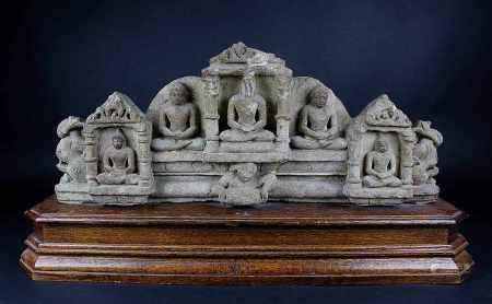 Tempelfries, Indien, 12.Jh., aus hellem Sandstein, mit fünf reliefierten Buddhafiguren teils in