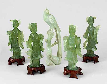 Vogel und 4 Tänzerinnen aus Jade, China 1. H. 20. Jh., Vogel aus opaker weißgrüner Jade, Tänzerinnen
