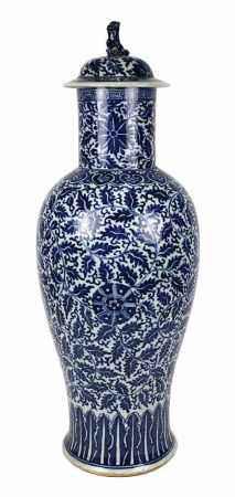 Große Deckelvase, China, Kangxi-Periode (1662 - 1722), langgezogener balusterförmiger Vasenkörper,