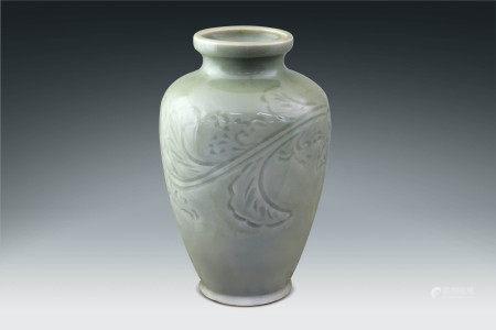明  龍泉窯刻花瓶