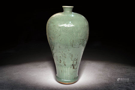 明  龍泉釉龍紋梅瓶