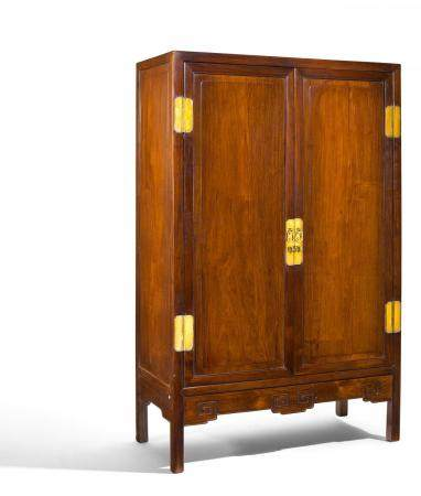 LARGE CABINET WITH DOUBLE DOORS AND INSIDE DRAWERS.