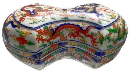 Porcelain box double-shell shaped, wucai decoration, decorated also with dragons and clouds. Mark