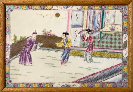 Porcelain plate depicting an internal court scene. The decoration cured in many details is enclosed