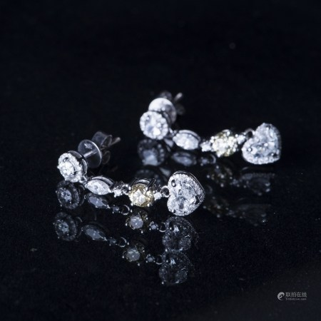 A PAIR OF DIAMOND DANGLE EARRINGS, AIG CERTIFIED