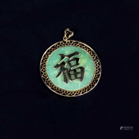 A JADEITE AND 14K YELLOW GOLD 'FU' PENDANT
