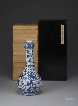A BLUE & WHITE 'DRAGON' GARLIC-HEAD VASE, MING DYNASTY, WANLI PERIOD