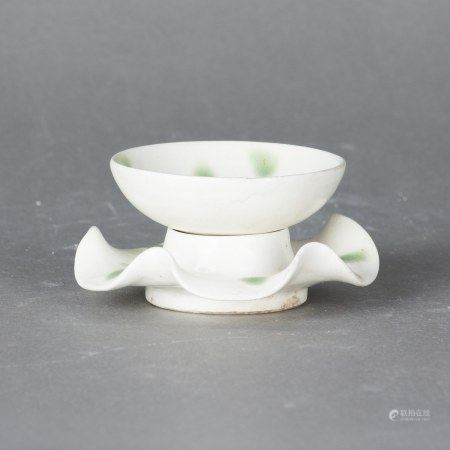 A XING WHITE-GLAZED BOWL WITH A HOLDER