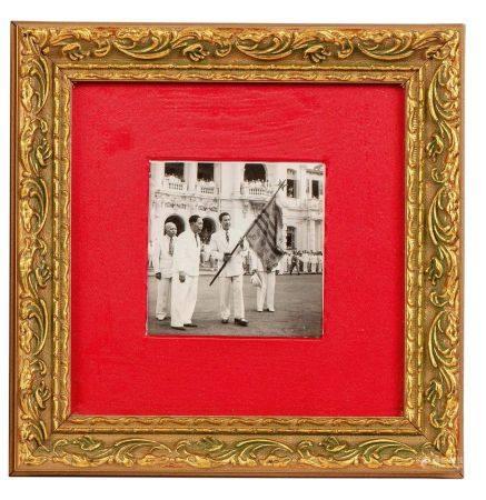 VIETNAM 1949 Petit cadre comprenant une photo en noir et blanc de l'empereur Bao Dai représenté