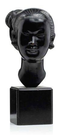 VIETNAM DÉBUT XXE SIÈCLE Tête de jeune femme annamite en bronze, les cheveux ciselés coiffés en