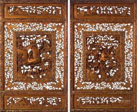 CHINE DU SUD DÉBUT XXE SIÈCLE Lot de deux portes de cabinet en bois laqué à décor ajouré de cav
