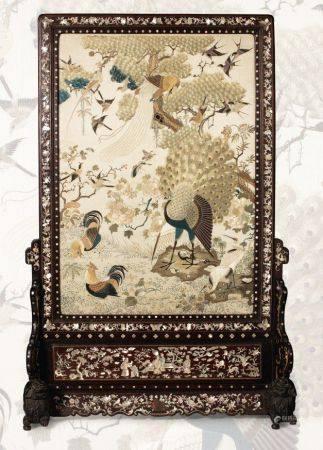 VIETNAM XIXE SIÈCLE Grand écran de lettré, le cadre en bois de belle patine, sculpté et marquet