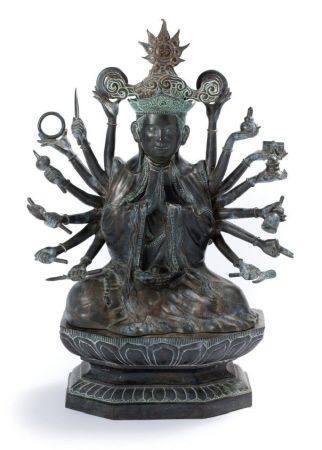 VIETNAM VERS 1900 Sujet en bronze dépatiné, représentant Avalokitesvara à dix-huit bras assis e