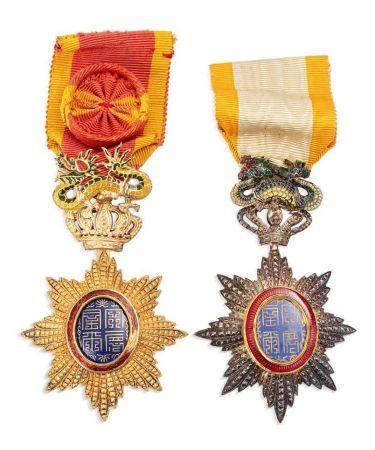 ANNAM FIN XIXE-PREMIÈRE MOITIÉ DU XXE SIÈCLE Deux insignes de l'Ordre du Dragon d'Annam, formés