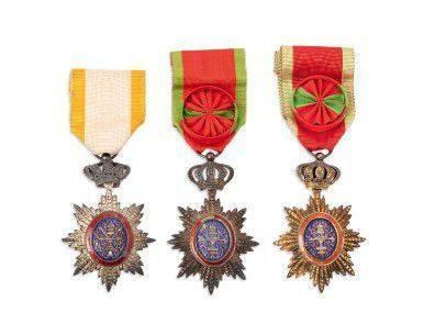CAMBODGE FIN XIXE-DÉBUT XXE SIÈCLE Trois insignes de chevalier et d'officier de l'ordre royal d