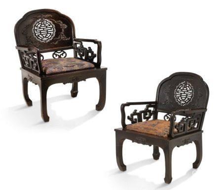 CHINE DU SUD VERS 1900 Deux fauteuils en bois de patine foncée, à dossier ajouré d'un caractère