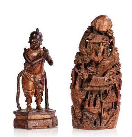 CHINE XIXE SIÈCLE Lot de deux bambous sculptés, représentant un Hoho les mains jointes, et une