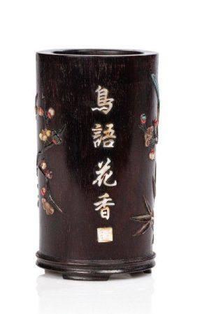 CHINE XIXE SIÈCLE Petit porte-pinceau en zitan, à décor incrusté de stéatite, turquoise, nacre,