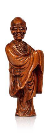 CHINE FIN XIXE SIÈCLE Statuette en buis, représentant un Lohan, les mains jointes dans les manc