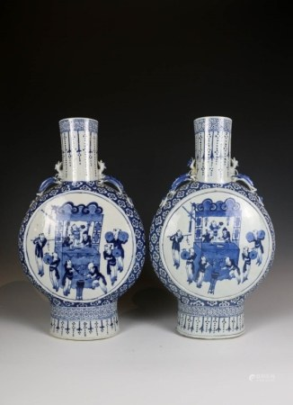 A PAIR OF BLUE AND WHITE MOONFLASK VASES(REPAIRED)