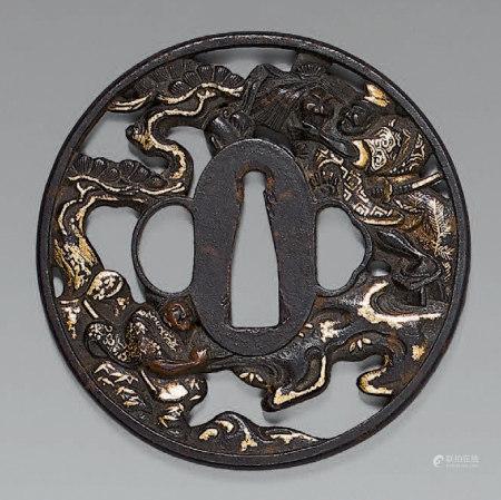 Tsuba en fer ajouré et rehaut d'or représentant deux samouraï