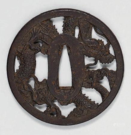 Lot de trois Tsuba en fer (2 décor Dragon, 1 fer martelé: Tem