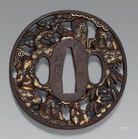 Tsuba en fer ajouré, rehaussé or, argent et cuivre, représen