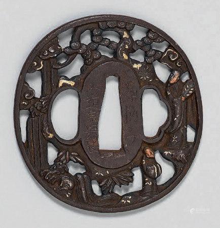 Tsuba en fer ajouré, rehaussé or et cuivre, représentant deux
