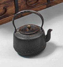 TETSUBIN, bouilloire en fonte, couvercle en laiton patiné.Epo