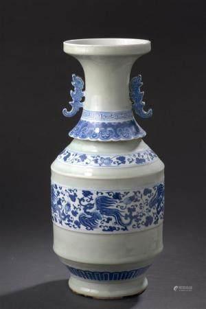 Vase en porcelaine bleu blanc et céladonChine, fin du XIXe si