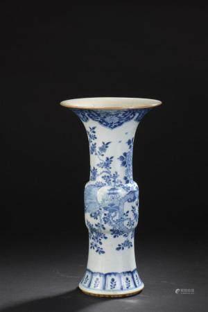 Vase Gu en porcelaine bleu blancChine, XVIIIe-XIXe siècleLa p