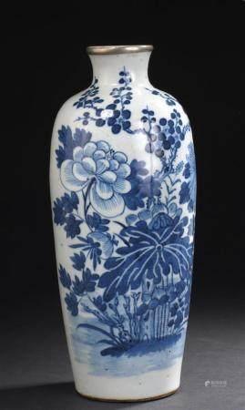 Vase en porcelaine bleu blancChine, XIXe siècleBalustre, à dé