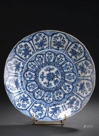 Petit plat en porcelaine bleu blancChine, époque Kangxi (1662
