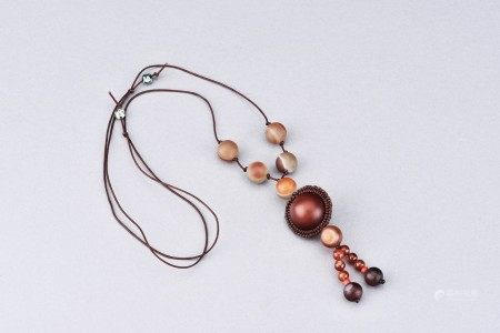 AN AGATE BEAD NECKLACE