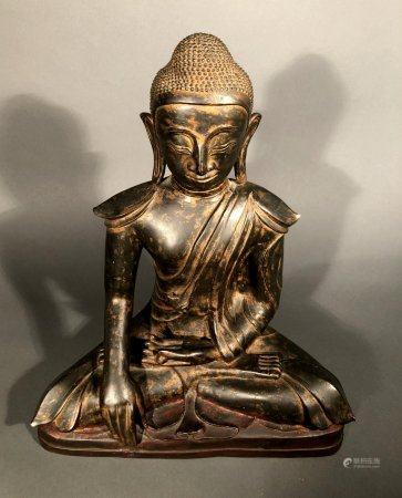 CHINE. BOUDDHA en position de méditation esquissant le geste