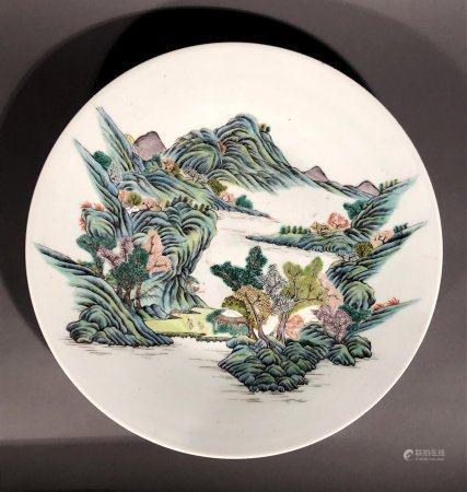 CHINE. PLAT circulaire en porcelaine à décor en émaux de la F