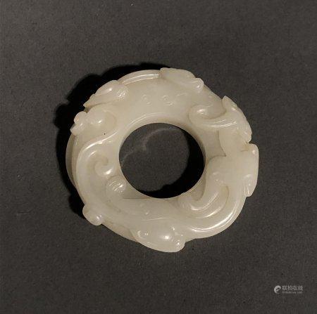 CHINE. DISQUE Bi en jade blanc sculpté d'un dragon stylisé da