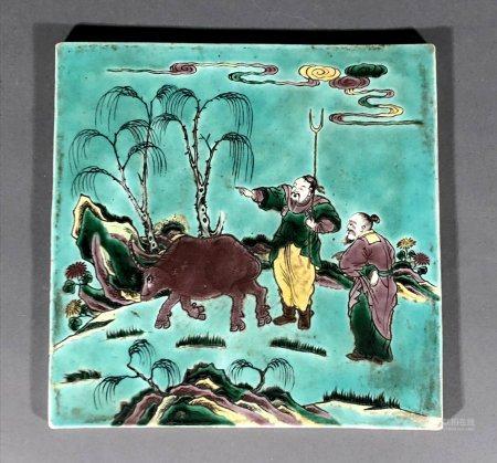 CHINE. PLAQUE en porcelaine à décor polychrome de deux paysan