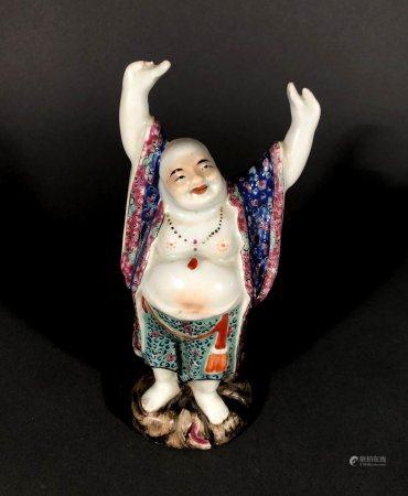 CHINE. BOUDDHA Maitreya levant les bras, porcelaine à décor p