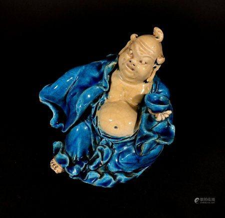 CHINE. BOUDDHA tenant une coupe, porceliane à couverte partie