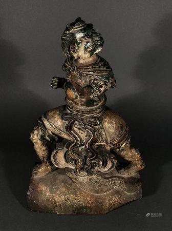 CHINE. TUILE FAITIÈRE en terre cuite à couverte Sancai figura
