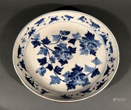 CHINE. PLAT circulaire en porcelaine à décor bleu blanc d'une