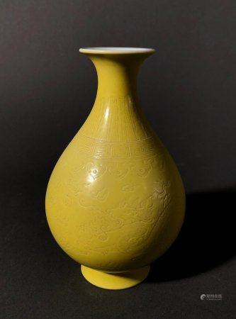 CHINE. Petit VASE piriforme en porcelaine à couverte jaune et