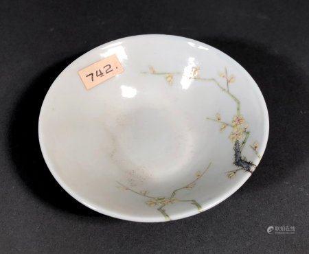 CHINE. COUPE en porcelaine à décor polychrome d'un arbre fleu