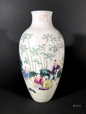 CHINE. VASE ovoïde en porcelaine à décor polychrome d'enfants