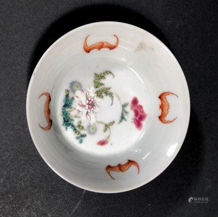 CHINE. COUPE en porcelaine à décor polychrome de chauve-souri