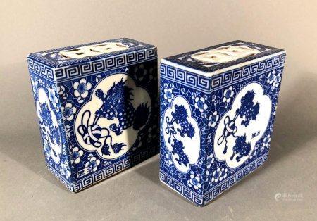 CHINE. Paire de BOÎTES à GRILLONS (?) en porcelaine à décor b