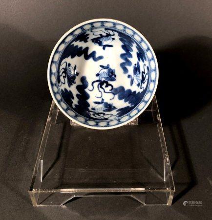 CHINE. BOL en porcelaine à décor bleu blanc de poissons, le r