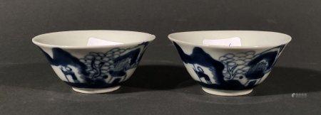 CHINE. Deux petits BOLS en porcelaine à décor bleu blanc d'un